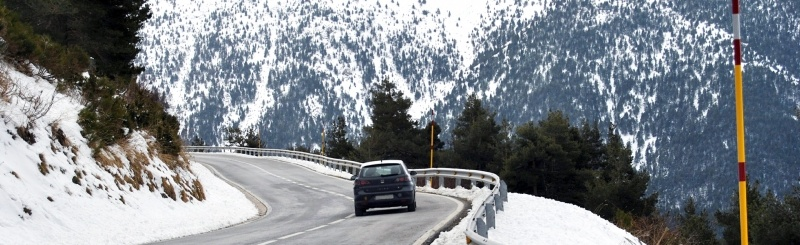 Consejos para conducir un coche con nieve o hielo en la carretera